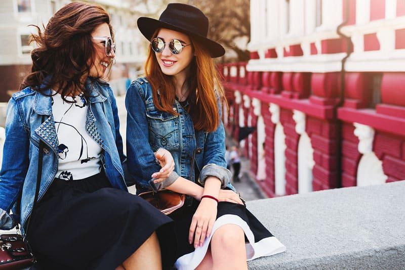meilleurs amis assis sur le pont et parler