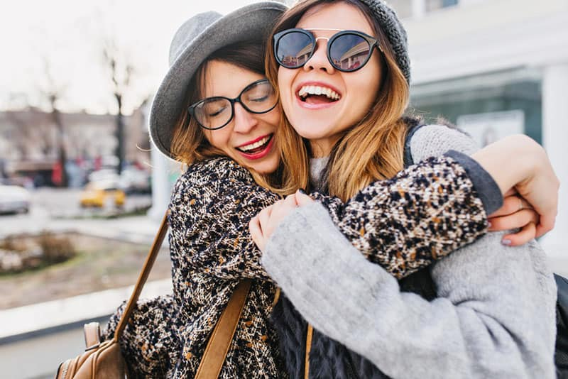 meilleurs amis s'enlaçant en public