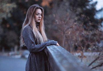 jeune femme triste en manteau