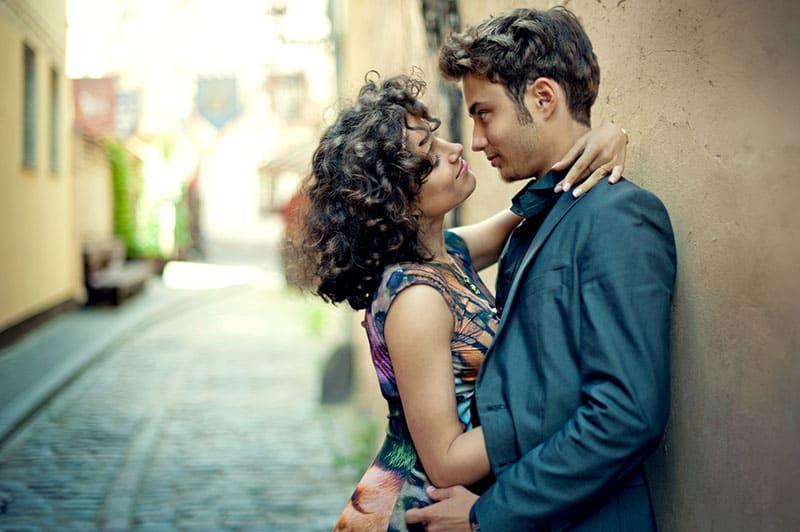 jeune couple, dans, ruelle, baisers
