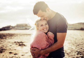 jeune couple, étreindre, plage