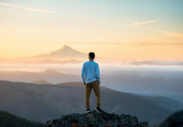 un homme debout sur un rocher