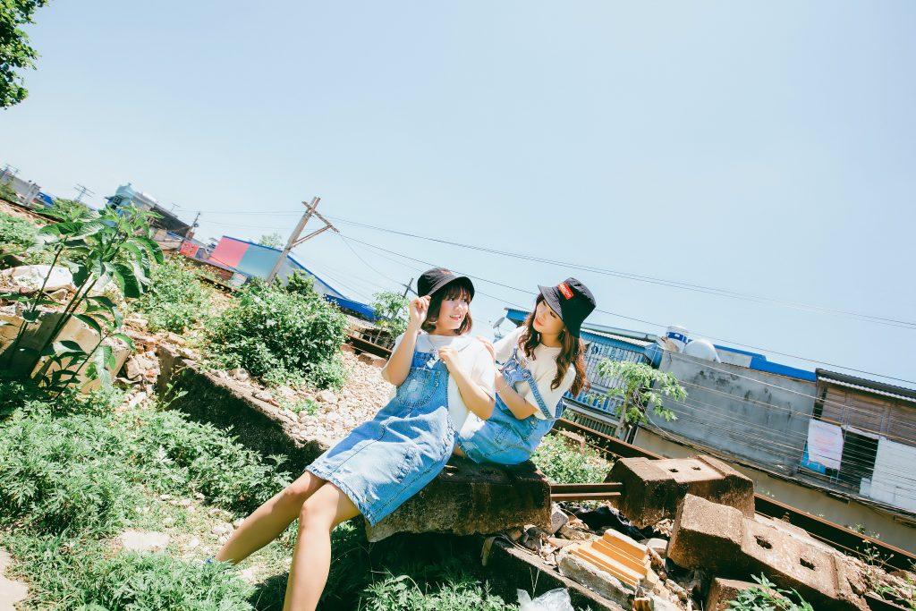 deux femmes assises sur un rocher