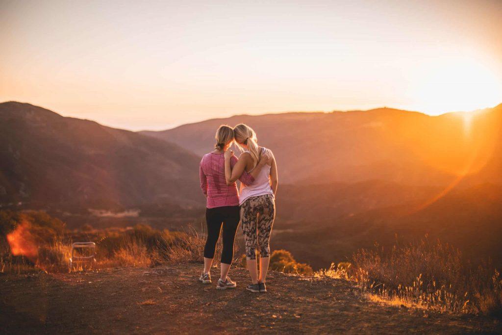 deux femmes se tiennent embrassant