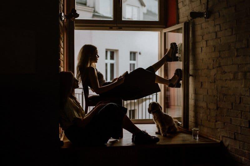 deux femmes sont assises près de la fenêtre