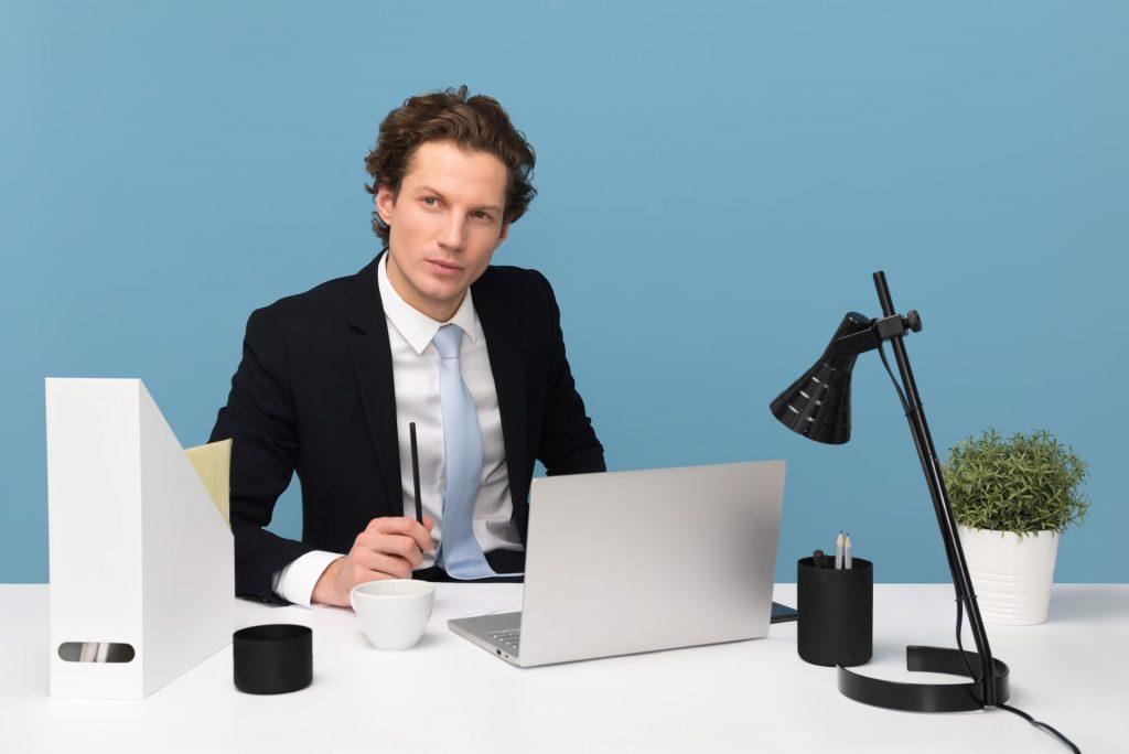 un homme assis à un bureau