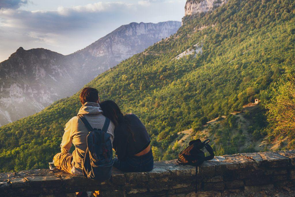 un homme et une femme s'asseoir sur un rocher