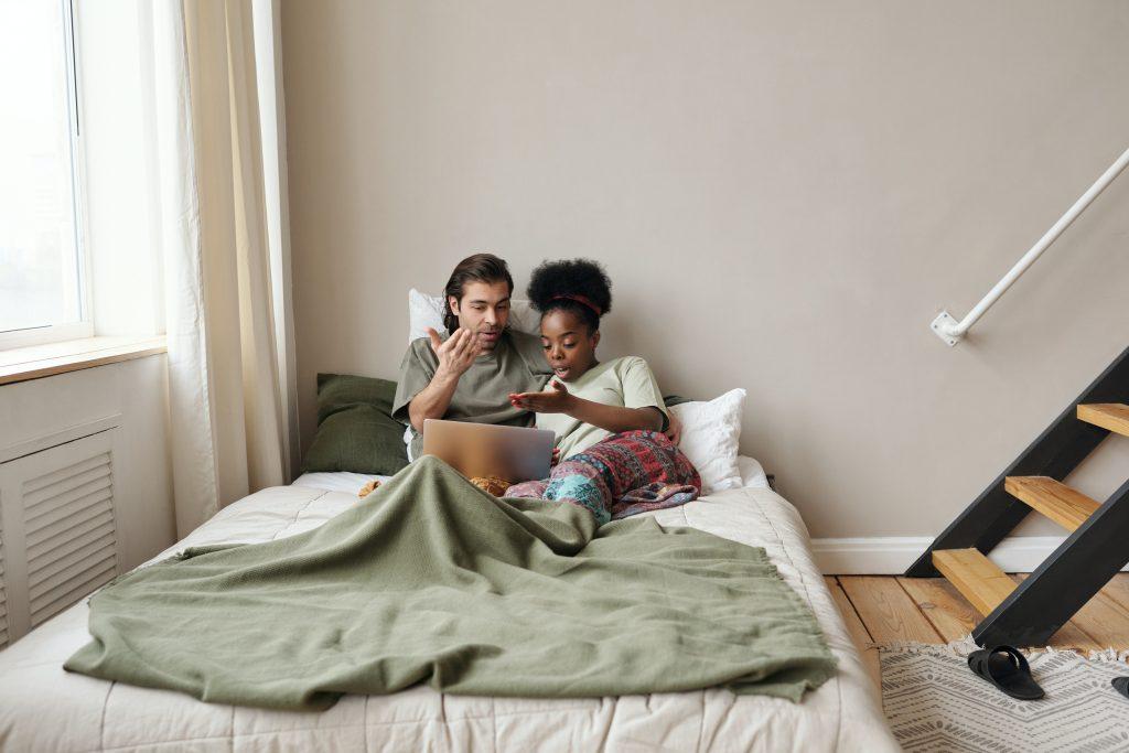 un homme et une femme se disputent au lit