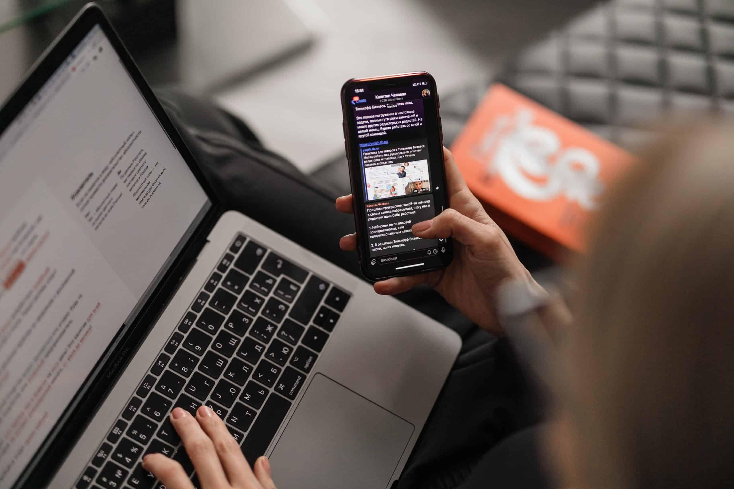 une femme au lit avec un téléphone portable à la main