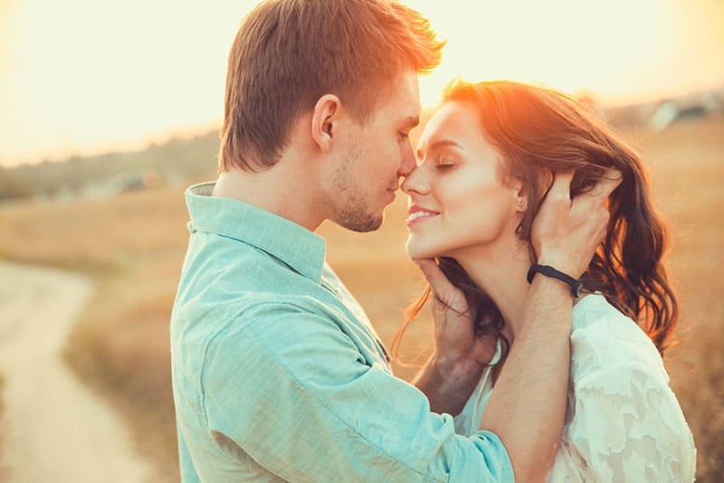 jeune couple, baiser, dans, coucher soleil