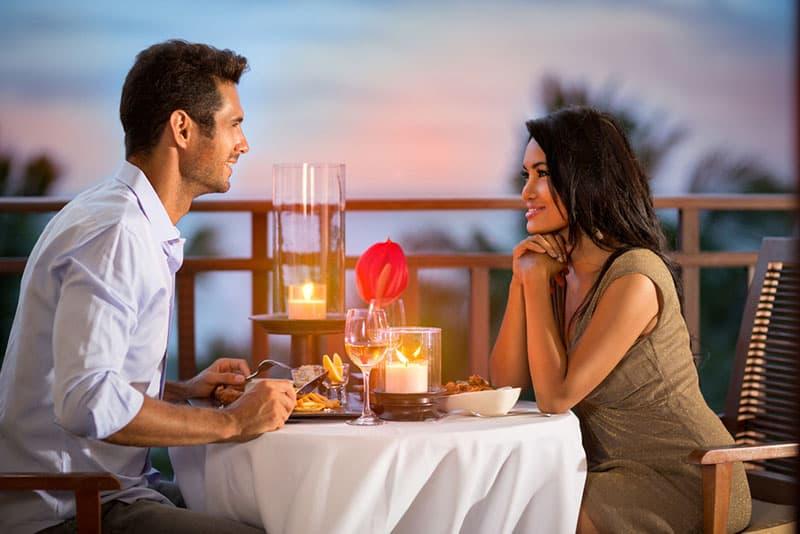 jeune couple dans un restaurant en plein air