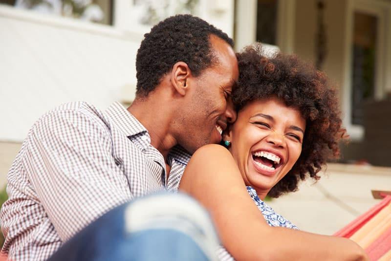 jeune couple noir, rire, divan