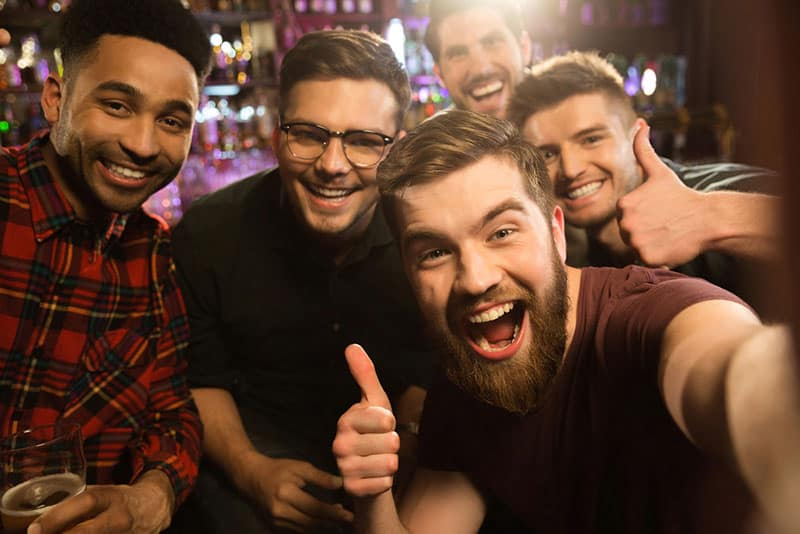 jeunes amis dans un bar