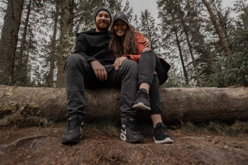 un homme et une femme s'asseoir dans un arbre
