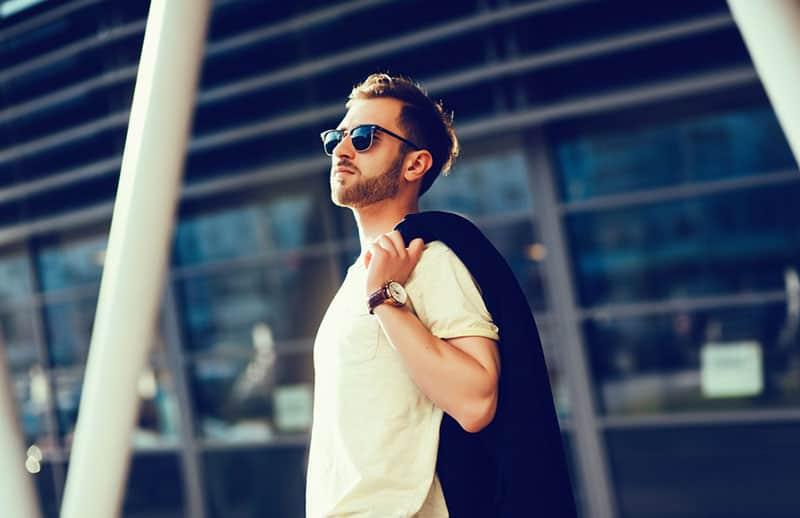 jeune homme avec des lunettes de soleil