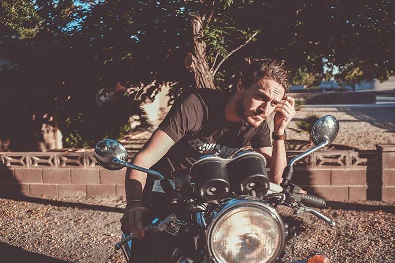 jeune homme sur une moto
