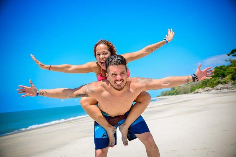 un homme porte une femme sur son dos