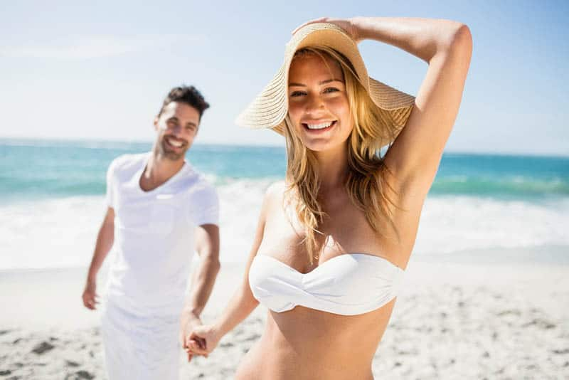 un couple amoureux sur la plage