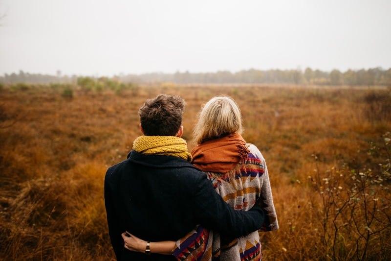 homme et femme étreint