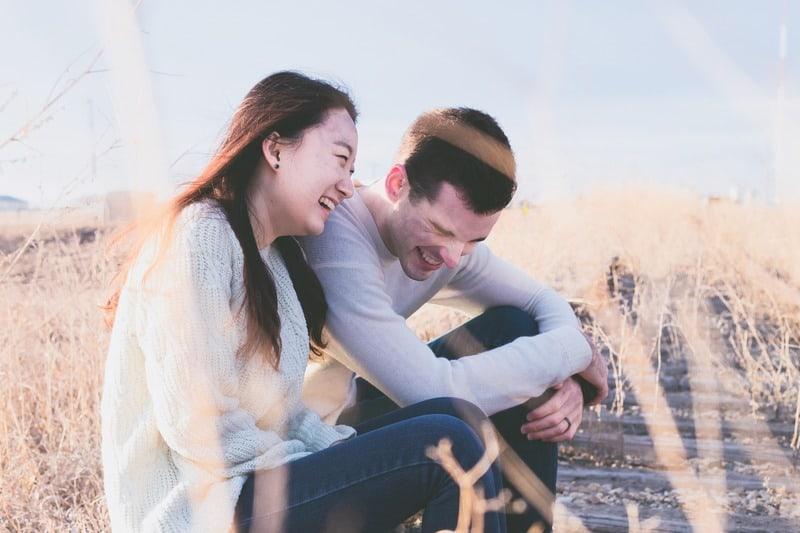 homme et femme rient