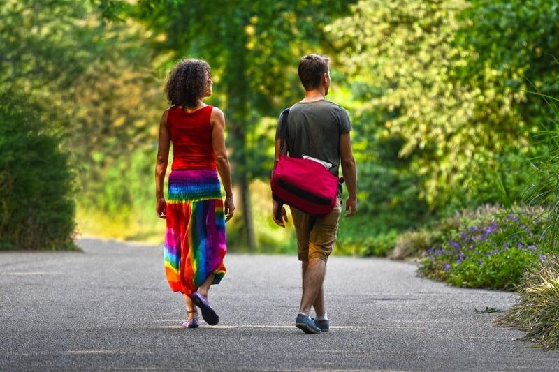 mari et femme marchant sur la route