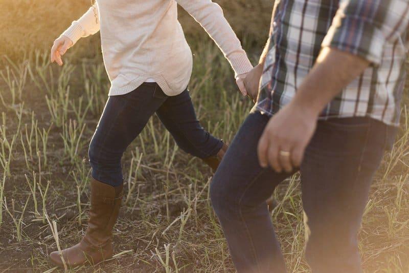 un couple amoureux marchant sur lherbe