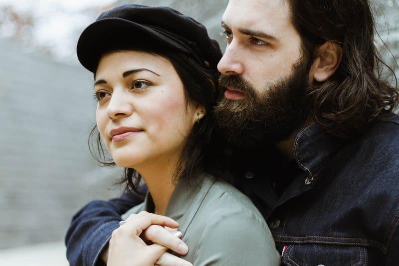 un homme barbu embrasse une femme