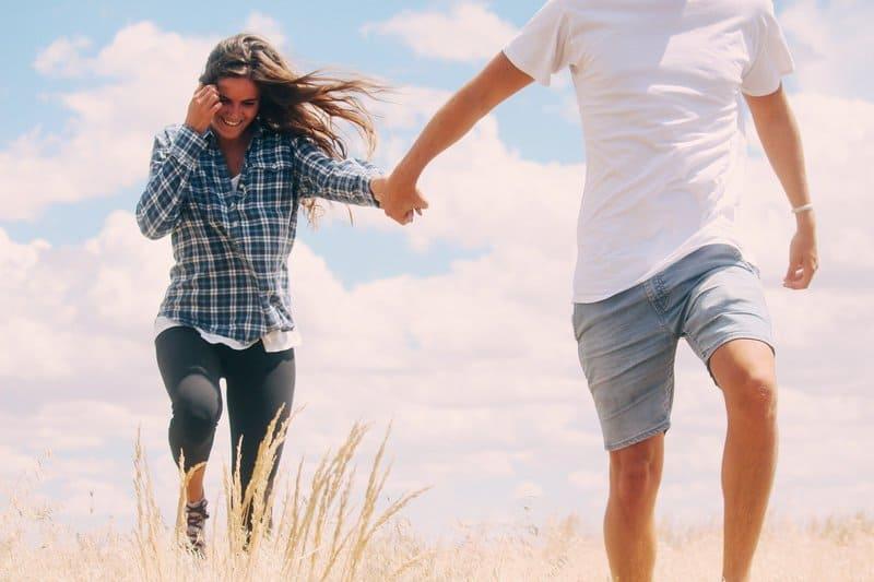 un homme conduit une femme autour dun champ