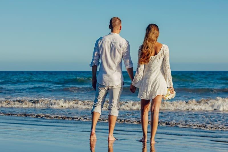 un homme et une femme en vêtements blancs