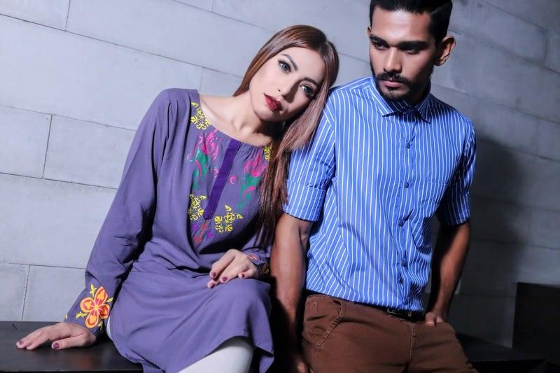 un homme et une femme sérieux sasseoir sur un banc