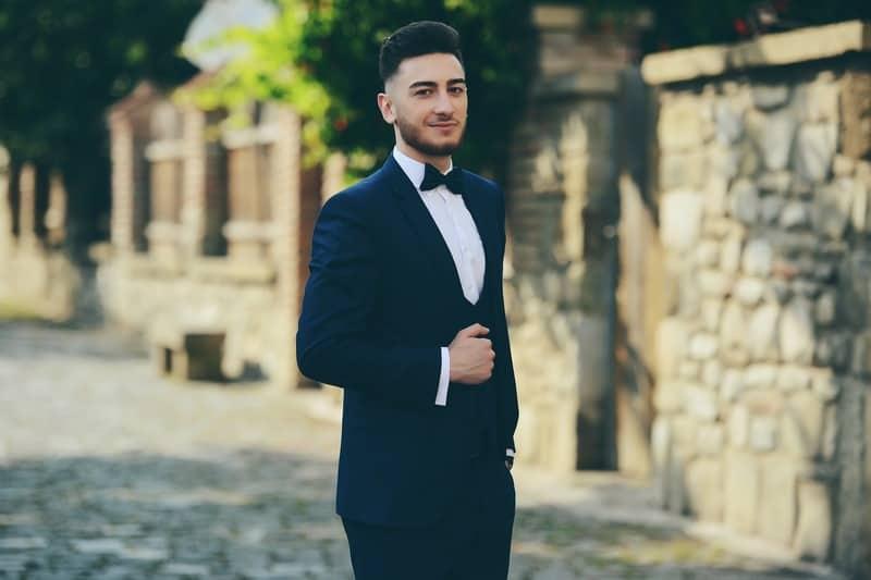 un homme sympa en costume