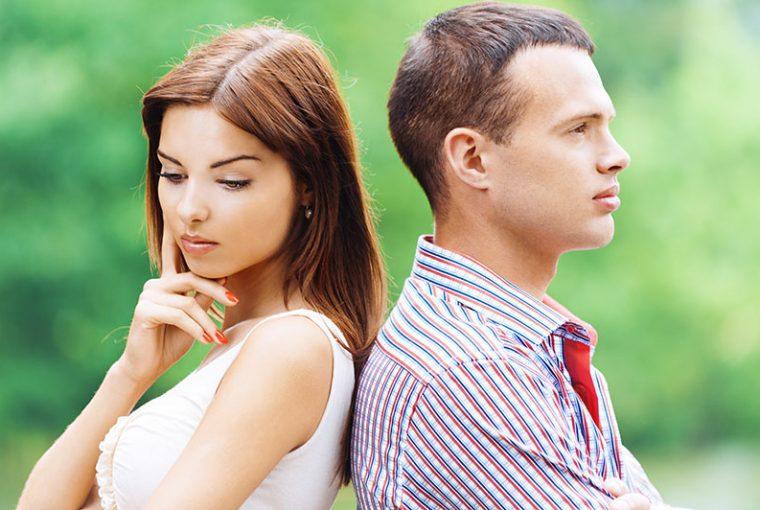 jeune couple triste dans la nature