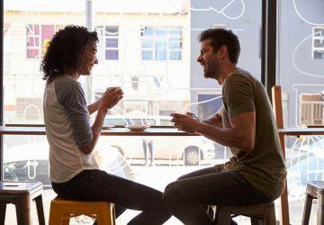 jeune couple, conversation café
