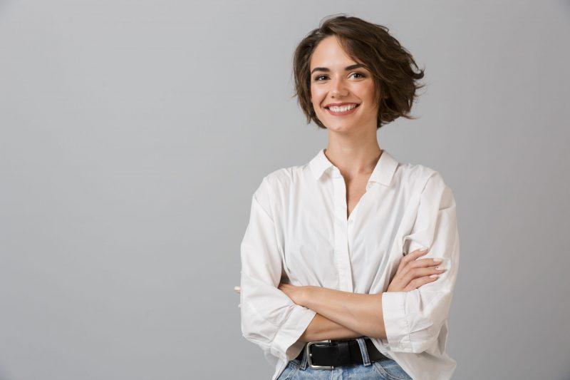femme souriante, à, bras croisés