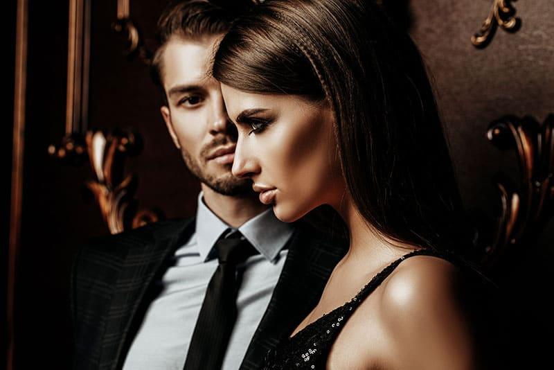 jeune couple riche dans une fête