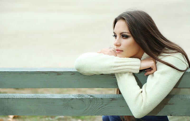 solitaire jeune femme assise sur un banc
