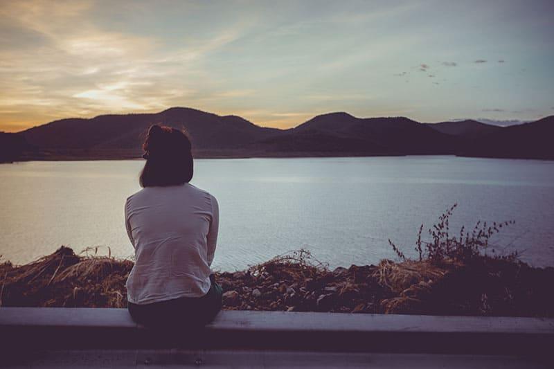 triste femme solitaire, profitant de la vue