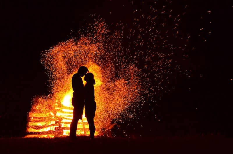 couple au coin du feu
