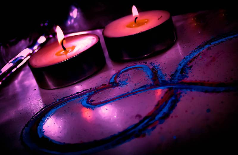 bougies dans une pièce sombre avec signe de coeur