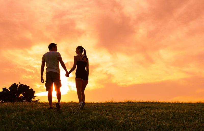 charmant jeune couple au coucher du soleil