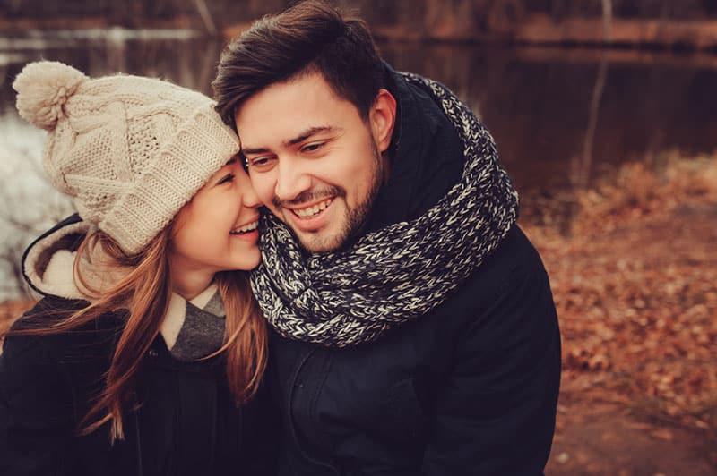 couple étreindre dans parc par temps froid