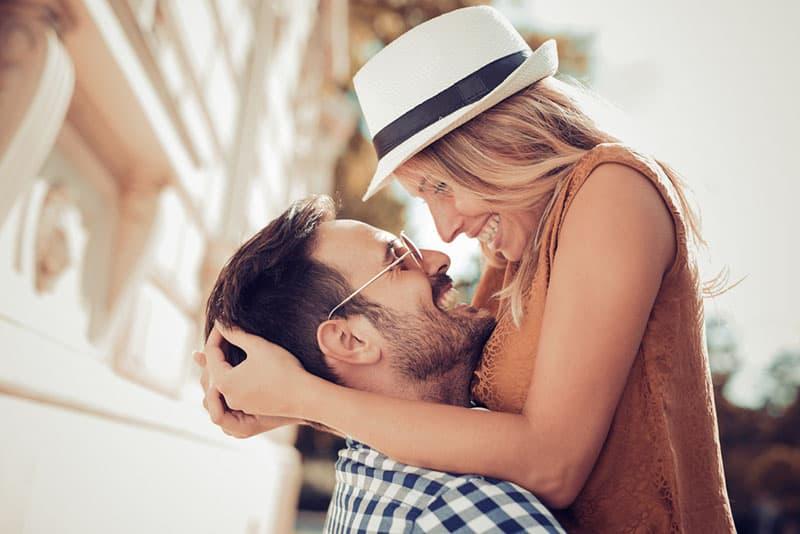 couple étreindre et rire dans la rue