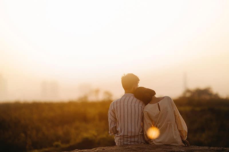 couple, apprécier, coucher soleil