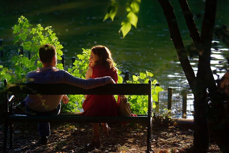 couple heureux assis sur un banc