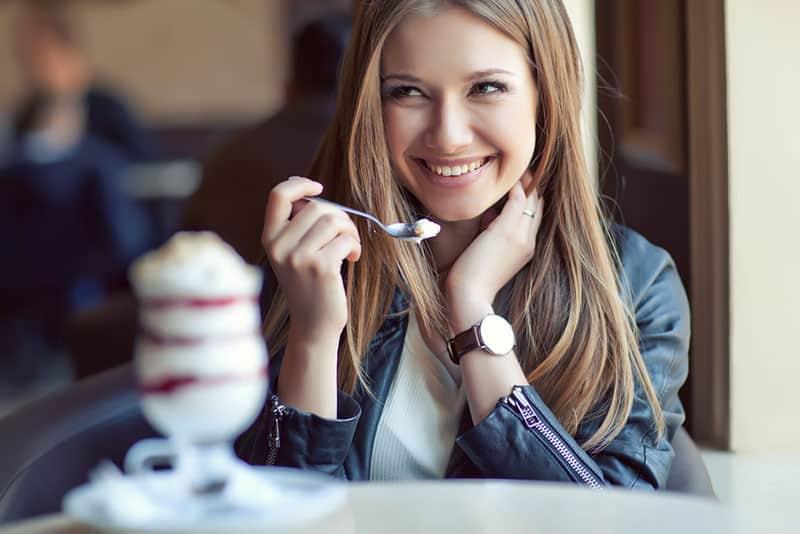 femme heureuse, manger des glaces