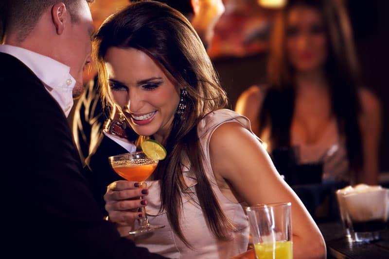 femme rencontre quelqu'un nouveau dans un bar