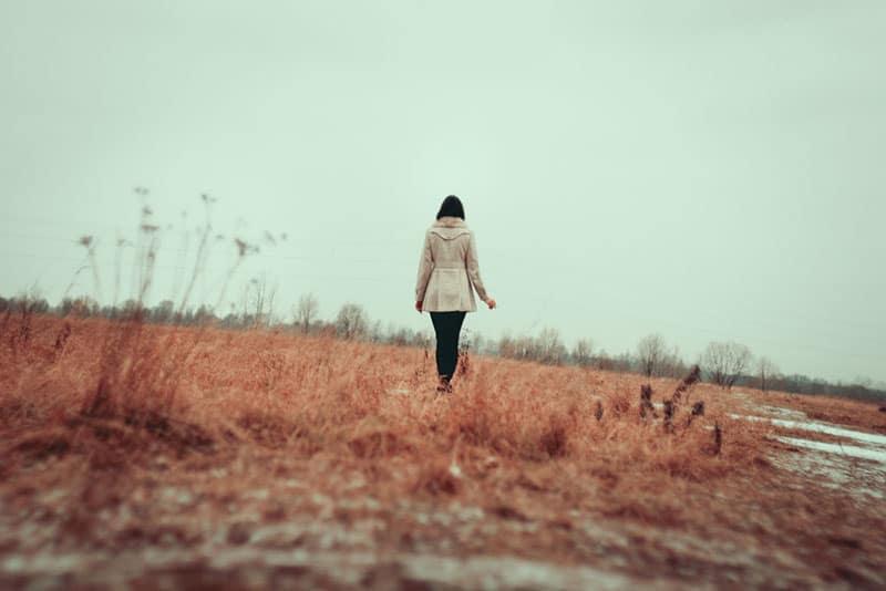 femme solitaire s'éloignant