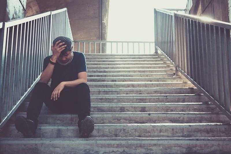 homme triste dans les escaliers