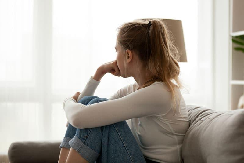 jeune, blond, femme, pleurer, sofa