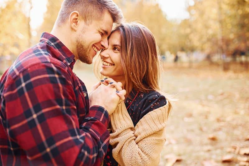 jeune couple, étreindre, dans parc